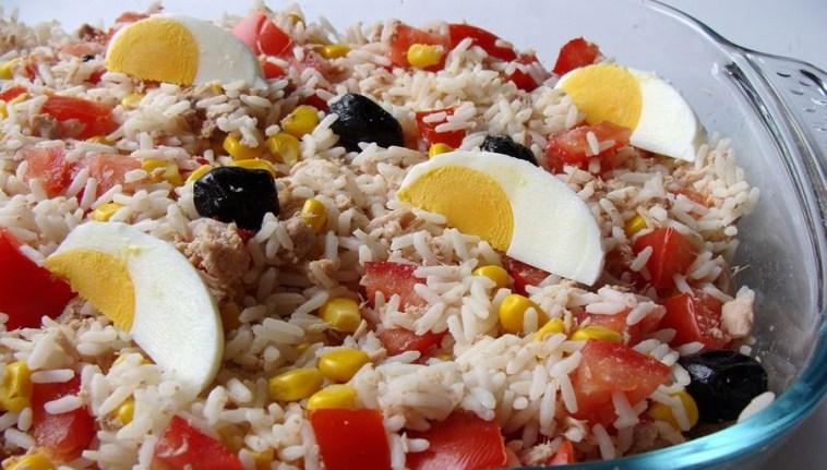 Salade de riz thon maïs tomate oeuf et olives